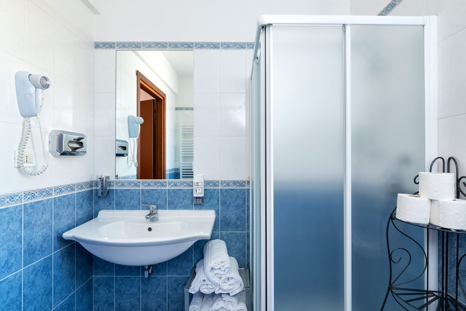 Space and cleanliness in the bathrooms of the rooms of Hotel Rivamare