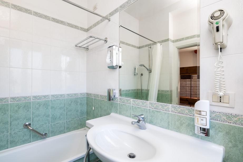 Igiene e pulizia nei bagni delle camere di Hotel Rivamare