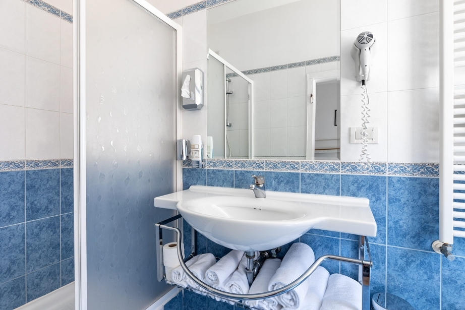 Spazio e pulizia nei bagni delle camere di Hotel Rivamare