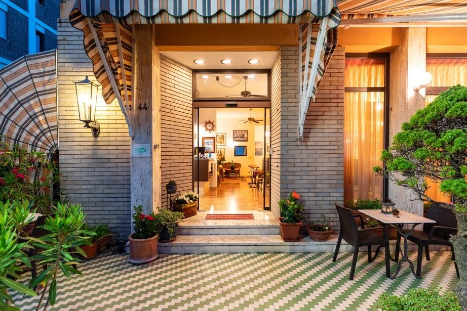 Entra nell'accogliente Hotel Rivamare a Venezia Lido